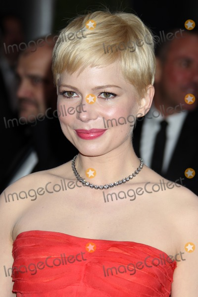 Michelle Williams arrives at the 84th Academy Awards