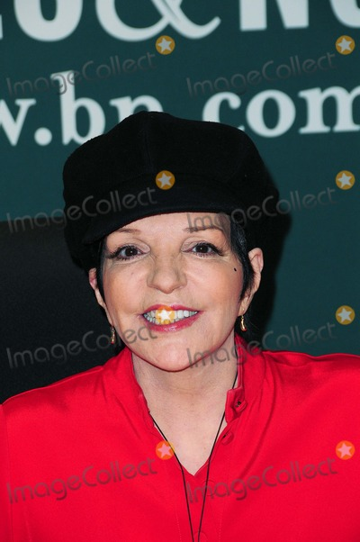 Pictures From Liza Minnelli Signs Live At The Winter Garden Cd At Barnes And Noble 5th Ave