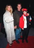 Goldie Photo - 10FEB99  Actress GOLDIE HAWN  actor boyfriend KURT RUSSELL  son WYATT at the premiere of 200 Cigarettes which stars her daughter Kate Hudson Paul SmithFeatureflash