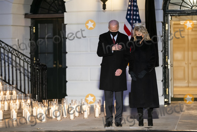 Photo - Biden holds moment of silence for 500000 Covid deaths