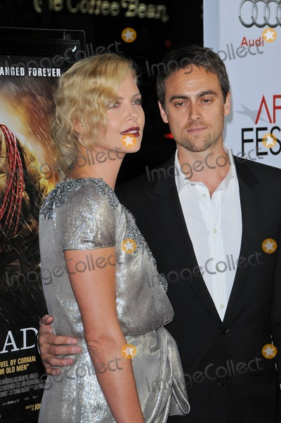 Stuart Townsend Photo - Charlize Theron and Stuart Townsend at the AFI Fest Screening of The Road Chinese Theater Hollywood CA 11-04-09