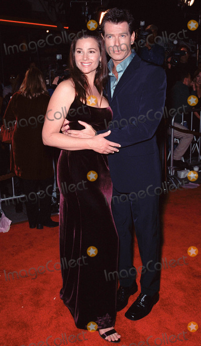 Keeley Shaye Smith Photo - 08NOV99 Actor PIERCE BROSNAN  girlfriend KEELEY SHAYE-SMITH at world premiere in Los Angeles of the new James Bond movie The World Is Not Enough Paul Smith  Featureflash