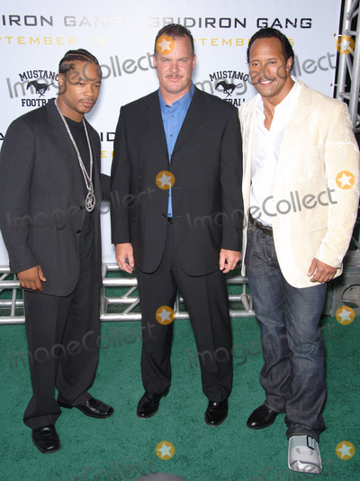 Alvin Xzibit Joiner Photo - Actors DWAYNE JOHNSON aka The ROCK  ALVIN JOINER aka XZIBIT with probabtion officer  subject of the movie SEAN PORTER (centre) at the Los Angeles premiere of his new movie Gridiron Gang at the Graumans Chinese Theatre HollywoodSeptember 5 2006  Los Angeles CA 2006 Paul Smith  Featureflash