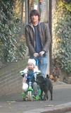 Dan Hipgrave Photo - London Dan Hipgrave strolling through Primrose Hill with his daughter Honey21 November 2005Eric BestLandmark Media