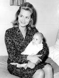 Elizabeth Montgomery Photo - Elizabeth Montgomery and Son 10-06-1964 Photo by Globe Photos
